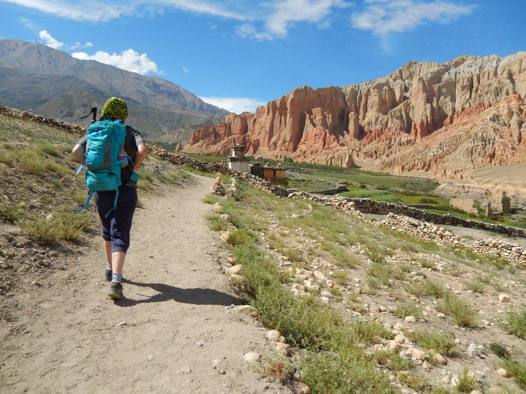 Une trekkeuse solitaire en route vers Dhakmar dans le Mustang au Népal, en juillet 2015
