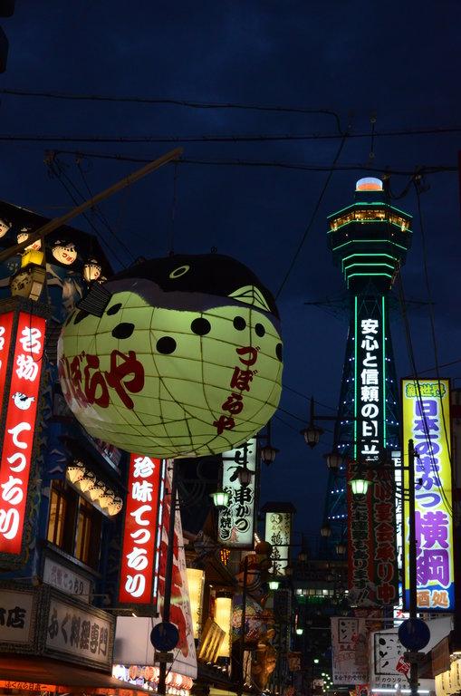 Shinsekai est un quartier hors du commun à Osaka. Haut en couleur il a vu le jour en 1912. On s'y rend pour son ambiance kitch. Sa grande tour centrale Tsutenkaku a été érigée en 1912 avec pour inspiration la Tour Eiffel