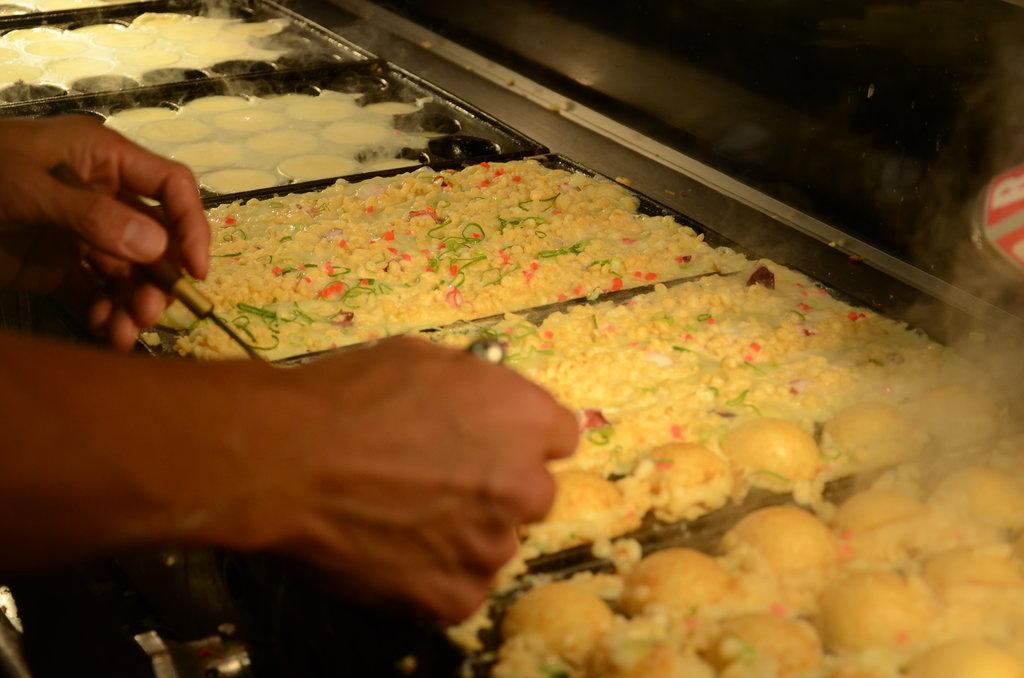 La préparation des takoyaki exige minutie et doigté