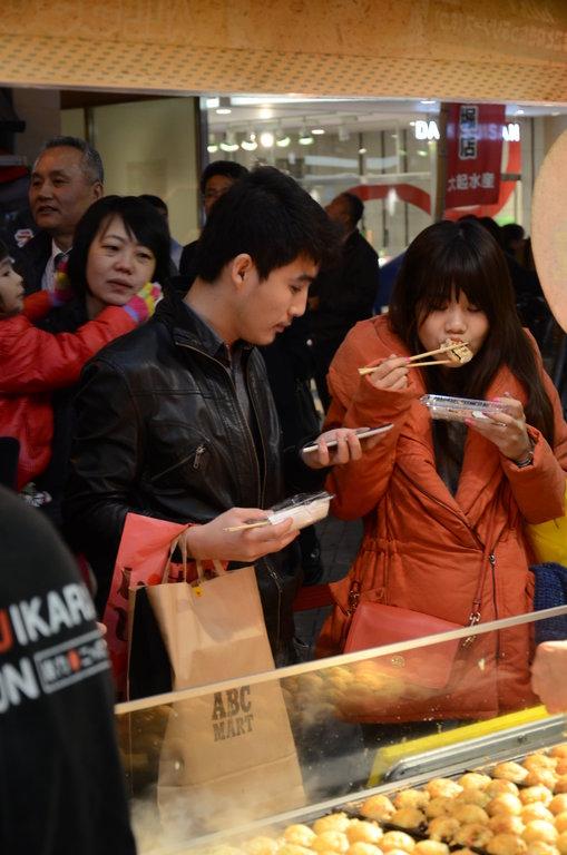 Les touristes et les locaux raffolent des takoyaki. Nombreux sont ceux qui se pressent le soir à Dōtonbori pour en déguster