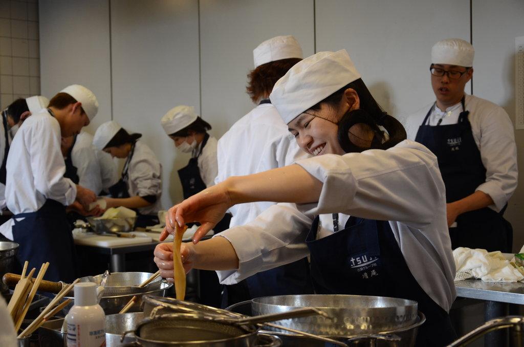 A l'école hôtelière Tsuji, les élèves apprennent les bases puis se perfectionnement en gastronomie japonaise