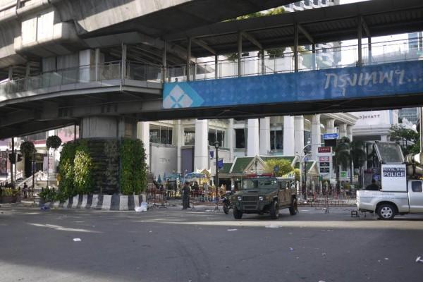 Le sanctuaire Erawan, au lendemain de l'attentat du 17 août à Bangkok, bouclé par la police et l'armée thaïlandaises