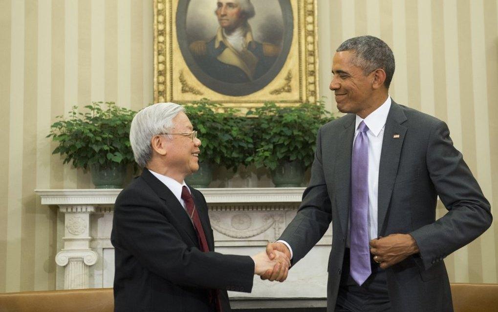 Le secrétaire général du Parti communiste vietnamien Nguyen Phu Trong reçu par le président américain Barack Obama dans le Bureau Oval à la Maison Blanche, le 7 juillet 2015 à Washintgon