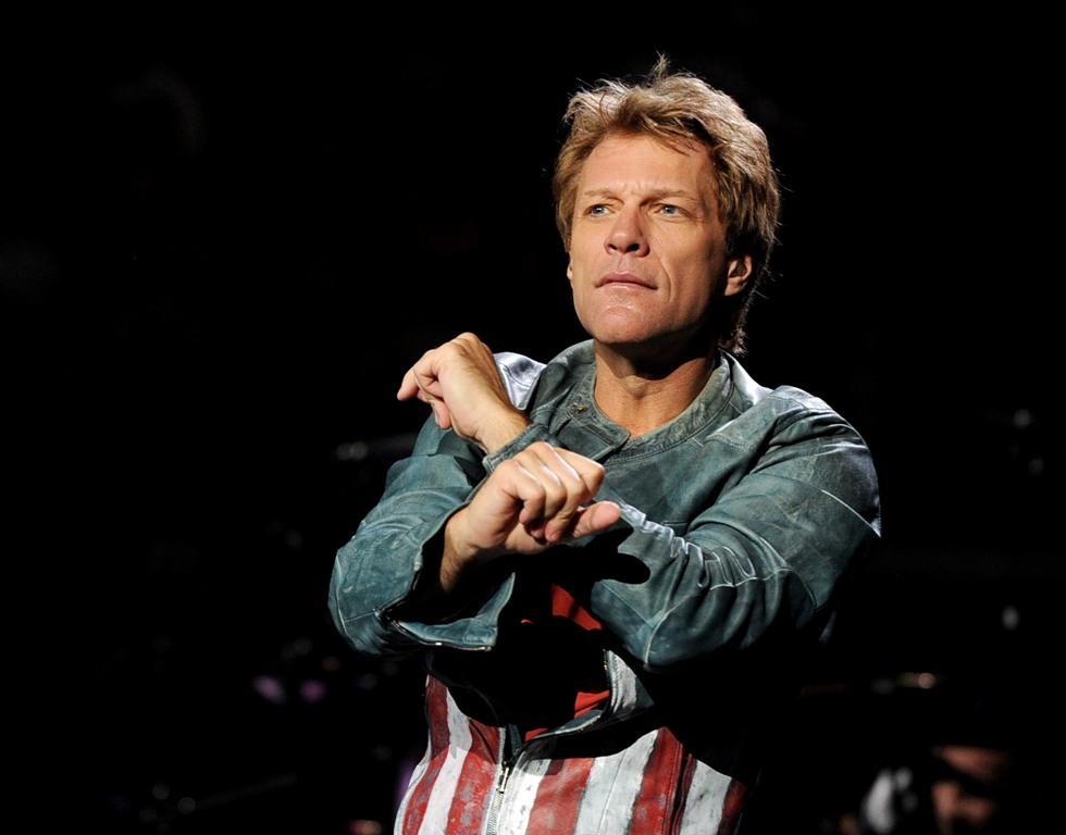 Bon Jovi lors d'un concert au Staples Center de Los Angeles, le 11 octobre 2013. La tournée du rocker en Chine vient d'être annulée car l'Américain a affiché dans le passé son soutien au Dalaï-Lama. (Crédit : Kevin Winter/Getty Images/AFP)