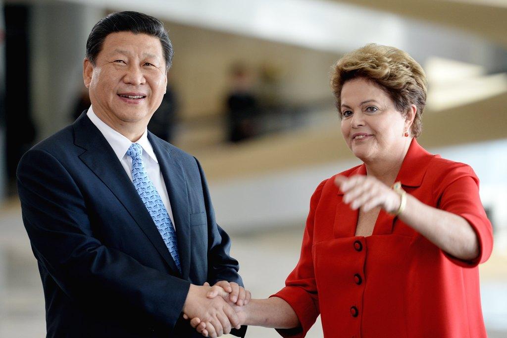 Le président chinois Xi Jinping reçu par la présidente brésilienne Dilma Rousseff à Brasilia le 17 juillet 2014. C'est le Brésil qui se trouve parmi les plus touchés par le ralentissement de l'économie chinoise