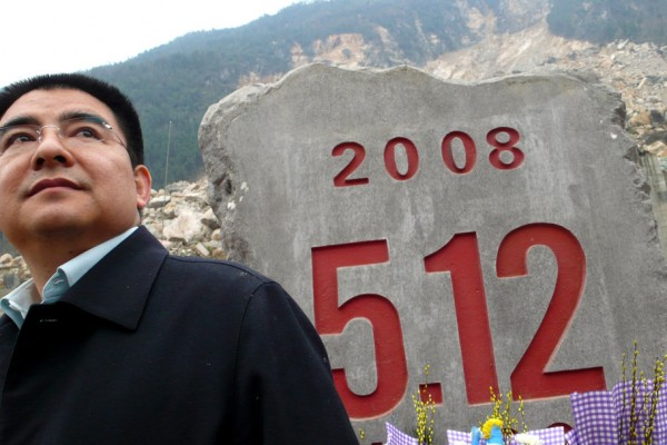 Chen Guangbiao, le célèbre homme d'affaire et philanthrope chinois pose ici devant une stèle érigée en mémoire des victimes du tremblement de terre du Sichuan de 2008. (Crédit : Huang He Ly / Imaginechina/AFP)