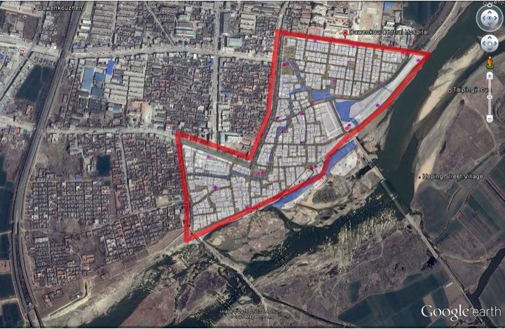 Vue de Dawenkou par image Googlearth : en rouge le périmètre de l'opération immobilière, en blanc, les différentes parcelles. A noter que toutes les agences d'architecture amenées à travailler sur le projet ont à leur tête un diplômé de l'université d'architecture de Qinghua.