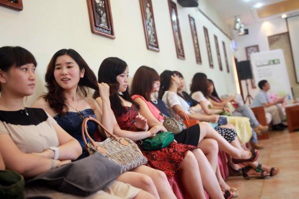 Des jeunes femmes chinoises attendent sagement leur passage pour un entretien d'embauche. (Crédit : STR/AFP)