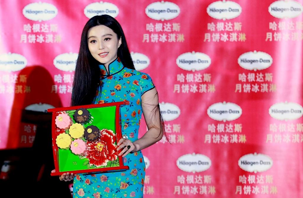 L'actrice chinoise Fan Bingbing en costume traditionnel fait la promotion de gâteaux de lune glacés fabriqués par Häagen-Dazs pour la fête de la mi-automne, à Pékin le 21 août 2012. (Crédit : Zheng fude / Imaginechina / AFP)