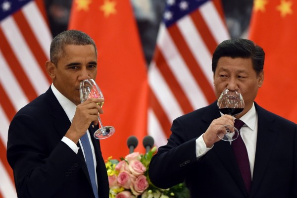Le président américain Barack Obama partage un toast avec son homologue chinois Xi Jinping lors de sa visite à Pékin le 12 novembre 2014. (Crédit : AFP PHOTO/Greg BAKER /POOL)