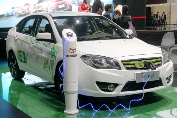 Une voiture électrique Soueast V5 exposée au salon international de l'automobile de Shanghai le 20 avril 2015. (Crédit : Shanghai Daily / Imaginechina / via AFP)
