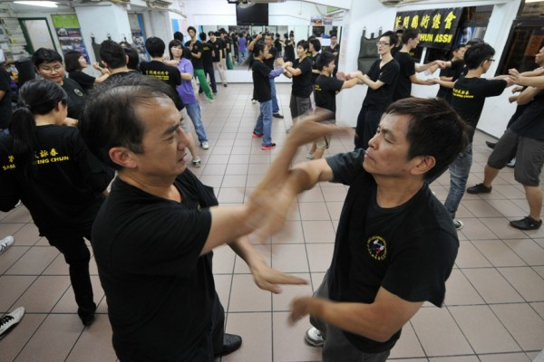 Pratiquants de Wing Chun, l'un des styles de kung-fu, dans une salle de la Yip Man Martial Arts Athletic Association in Hong Kong, le 8 novembre 2011. (Crédit : AFP PHOTO / AARON TAM)