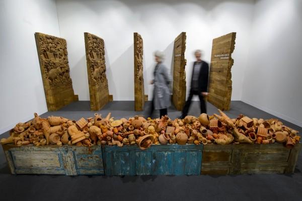 """Des visiteurs passent devant l'installation """"Path to Water"""" de l'artiste indien Sudarshan Shetty, lors la foire d'art contemporain de Bâle le 11 juin 2013. Shetty était de nouveau exposé à Bâle cette année. (Crédit : Fabrice Coffrini / AFP)"""