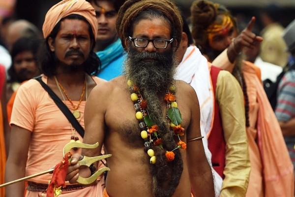 """Un """"homme saint"""" hindou lors du Khumbh Mela à la veille du premier bain sacré à Trimbakeshwar près de Nashik en Inde, le 28 août 2015. (Crédit : PUNIT PARANJPE / AFP)"""