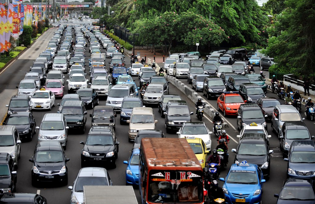 Pare-choc contre pare-choc, figure imposée au quotidien à Jakarta comme ce 4 novembre 2011. (Crédit : BAY ISMOYO / AFP)