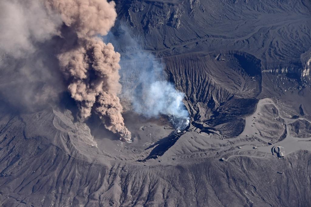 Vue aérienne du Mont Aso, le plus grand volcan en activité au Japon, le 27 novembre 2014. (Crédit : Motoki Nakashima / Yomiuri / The Yomiuri Shimbun / via AFP)