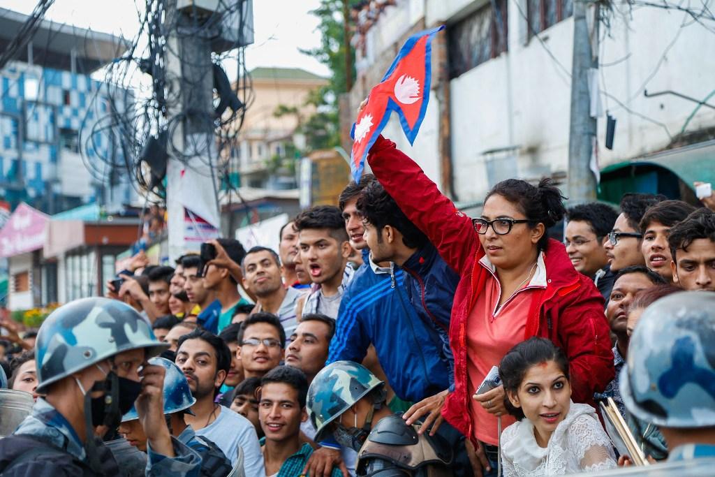 Après des années de débat, le Népal a adopté une nouvelle constitution le 20 septembre 2015, conduisant de nombreux habitants à sortir dans la rue pour célébrer devant le bâtiment de l'assemblée constitutante à Katmandou. (Crédit : CITIZENSIDE/BIBEK SHRESTHA / citizenside.com / via AFP)