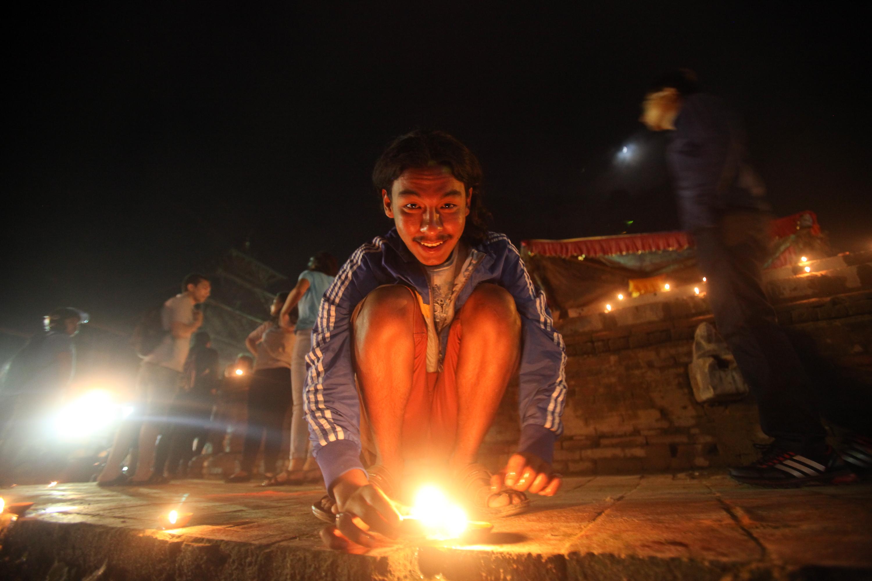 Un Népalais allume des bougies en signe de célébration à Katmandou après que le pays se soit doté d'une nouvelle constitution. (Crédit : CITIZENSIDE/DINESH SHRESTHA / citizenside.com / AFP).