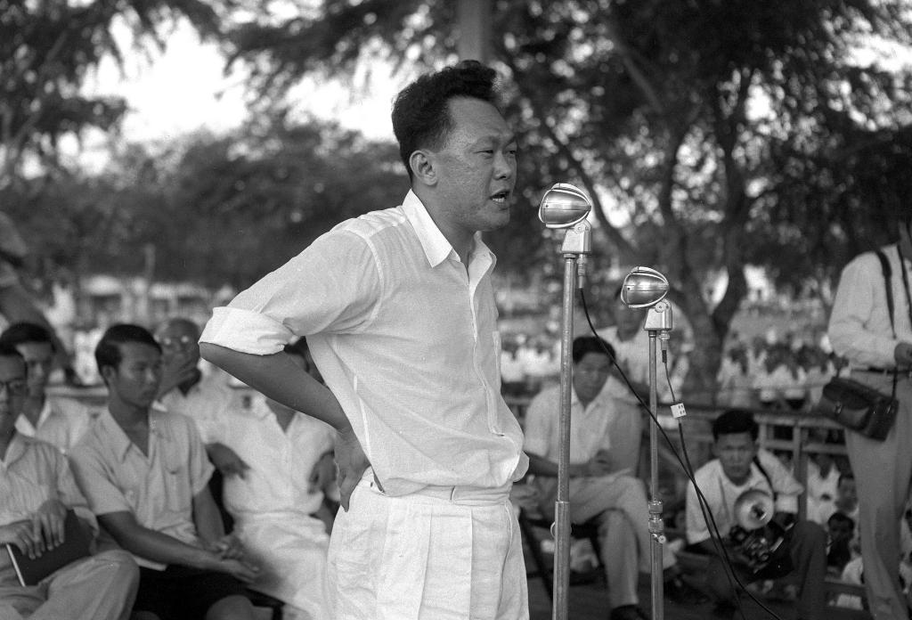 Lee Kuan Yew en plein discours lors d'un rassemblement de son parti