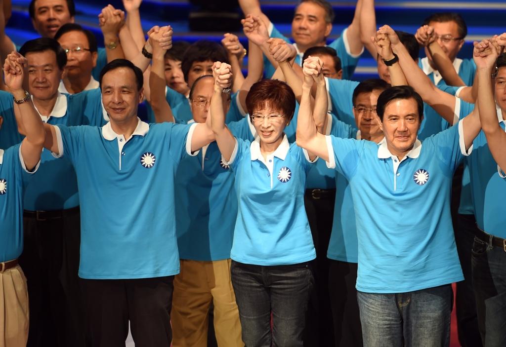 La candidate du Kuomintang (KMT), Hung Hsiu-chu (au centre), entourée à gauche par Eric Chu, le président du parti, et Ma Ying-jeou, l'actuel président de la République, lors du congrès du KMT le 19 juillet 2015. (Crédit : AFP PHOTO / Sam Yeh)