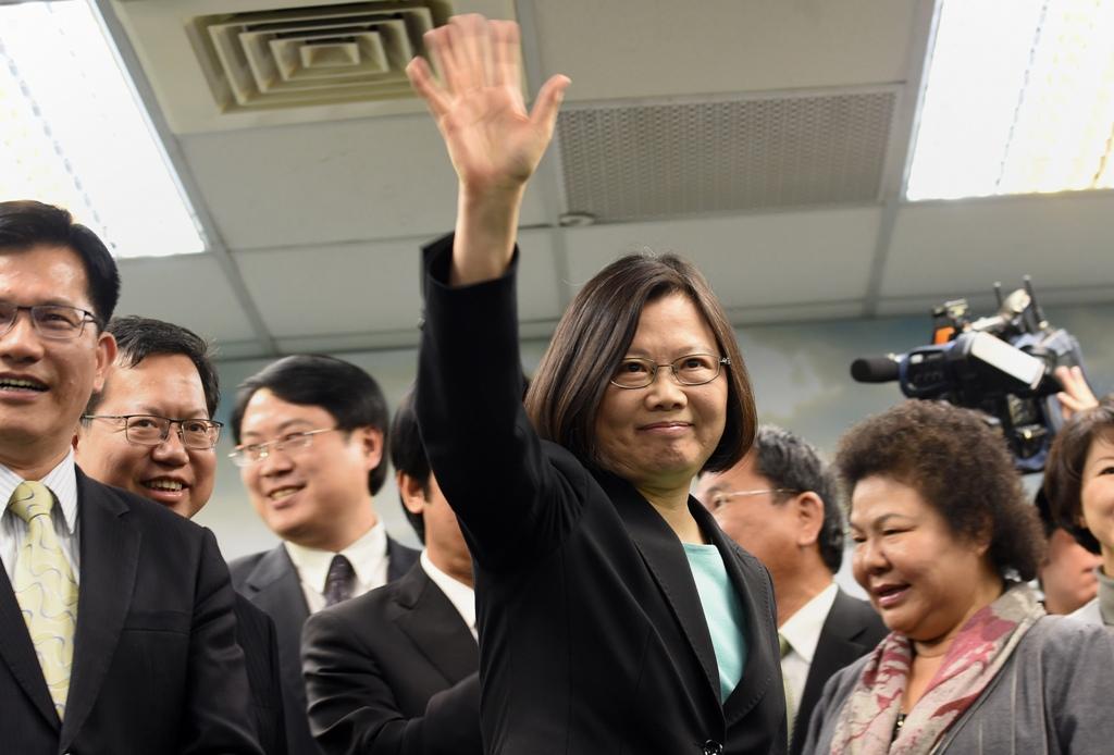 Tsai Ing-wen, présidente du Parti Démocrate-Progressiste salue l'audience d'une conférence de presse à Taipei le 15 avril 2015, jour de l'annonce de sa candidature à la présidentielle de 2016. (Crédit : AFP PHOTO / Sam Yeh)
