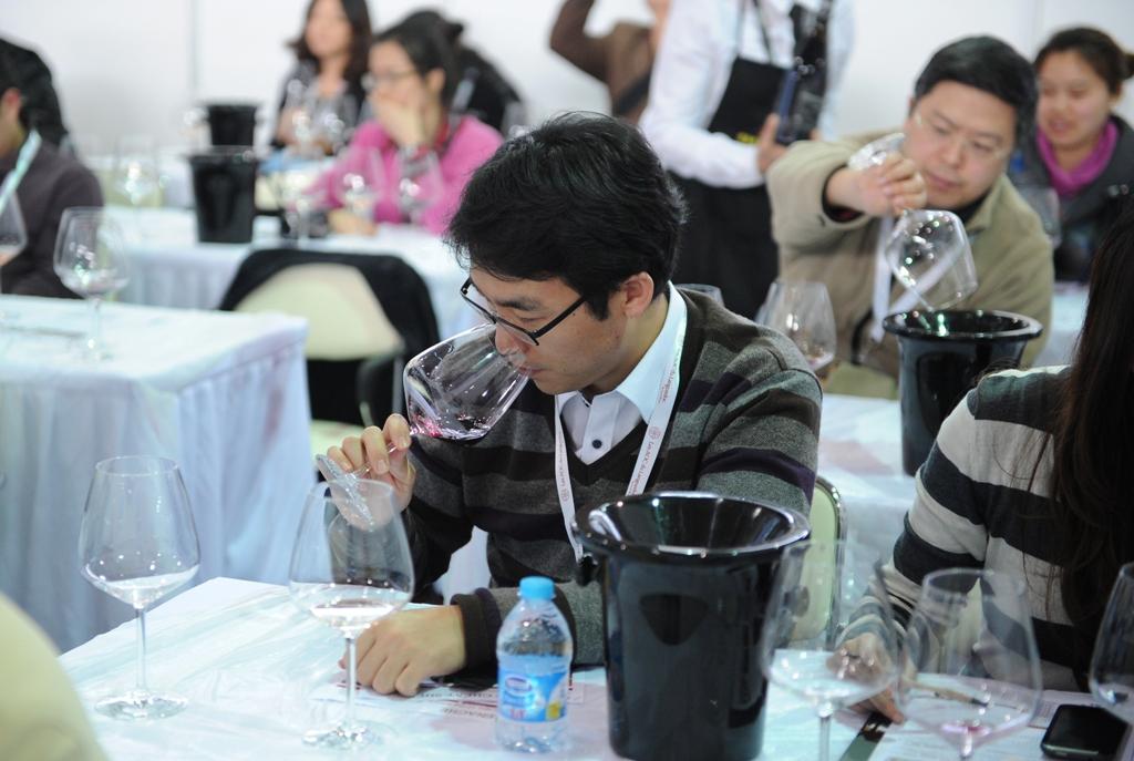 Dégustation de vins lors du VINISUD, la foire leader dans les vins méditerranéens, à Shanghai le 27 février 2013. (Crédit : PETER PARKS / AFP)