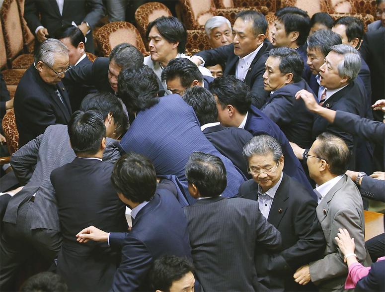 Bagarre de sénateurs sur la nouvelle loi de défense à Tokyo. Copie d'écran du Japan Times, le 18 septembre 2015.