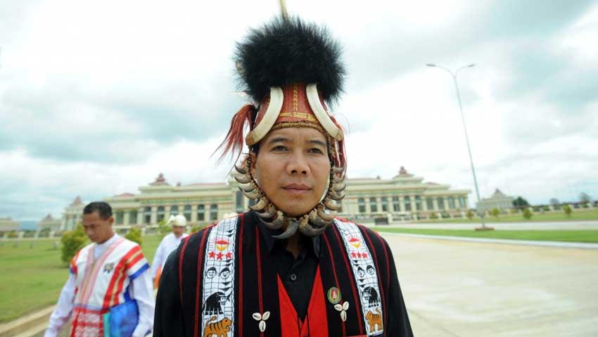 Un député issu d'une minorité ethnique quitte le Parlement birman de Nay Pyi Taw, en 2012. (Crédit : SOE THAN WIN / AFP)