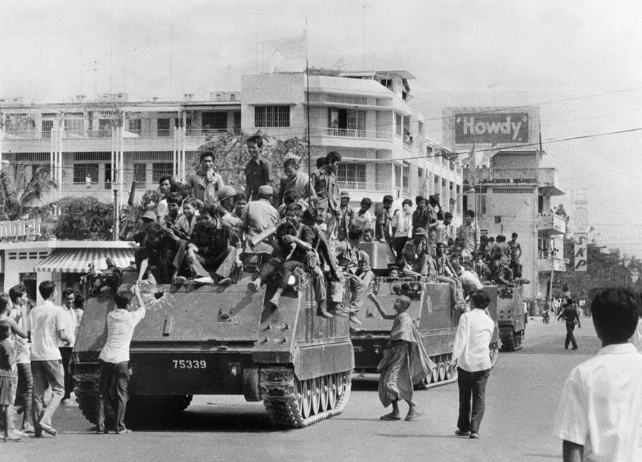 Les jeunes soldats khmers rouges sur leurs véhicules blindés made in USA, entrent dans Phnom Penh le 17 avril 1975, jour où le Cambodge passe sous le contrôle des forces de Pol Pot après un siège de trois mois et demi. (Crédit : SJOBERG / SCANPIX SWEDEN / AFP)