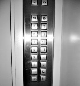 """Boutons d'ascenseur """"interculturel"""" : pas de bouton 4, ni 13, ni 14. (Crédit : D.R.)."""
