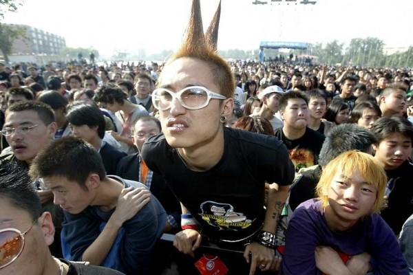 De jeunes rockeurs chinois sont rassemblés dans un parc à l'occasion d'un concert en plein air dans la capitale. (Crédits : STR/AFP).