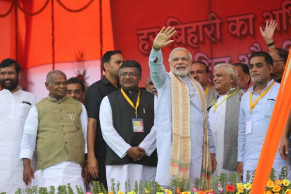 Le Premier ministre indien Narendra Modi esalue ses supporters à Gaya, le 9 août 2015. (rédit : STR / AFP)