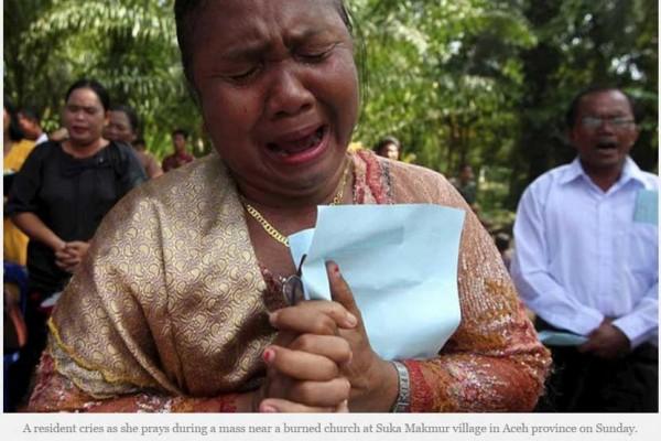 Une habitante de Suka Makmur (province d'Aceh, Indonésie) pleure l'incendie criminel d'une église, la semaine dernière. Copie d'écran de The Irrawaddy, le 19 octobre 2015.