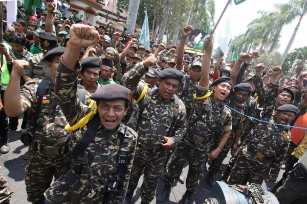 Des membres du Banser, le mouvement de jeunesse de la plus large organisation musulmane indonésienne Nahdlatul Ulama, organisent une manifestation anti-communiste le 30 septembre 2015 à Blitar dans l'est de Java afin de commémorer l'arrivée au pouvoir de Suharto. (Crédits : STR/AFP).