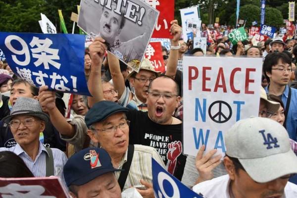 Au plus fort d'une manifestation contre la réforme militaire de Shinzo Abe devant la Diète le 30 août 2015. (Crédit : AFP PHOTO / Toru YAMANAKA)