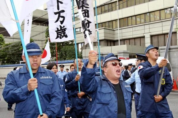 Manisfestation d'activistes de l'extrême-droite japonaise criant des slogans anti-coréens à Tokyo le 15 août 2006. (Crédit : AFP PHOTO/YOSHIKAZU TSUNO)
