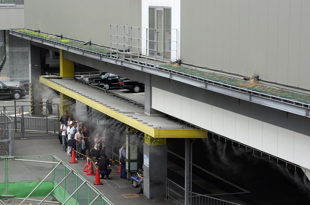 Pulvérisateur d'eau en très fines gouttelettes, permettant de réduire la température ressentie à Osaka, en août 2011. (Copyright : Jean-François Heimburger)