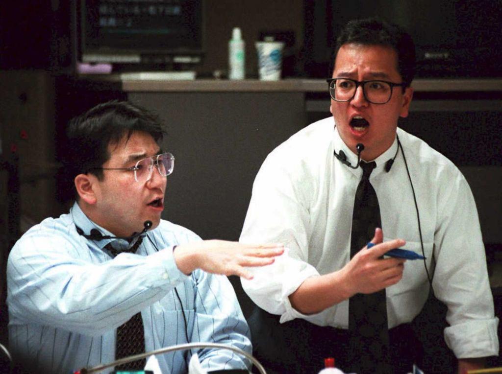 A la bourse de Tokyo, le 7 avril 1995, dix ans après la réévaluation du yen, l'endaka, qui a changé la face de l'économie japonaise et asiatique. (Crédit : JUNJI KUROKAWA / AFP)