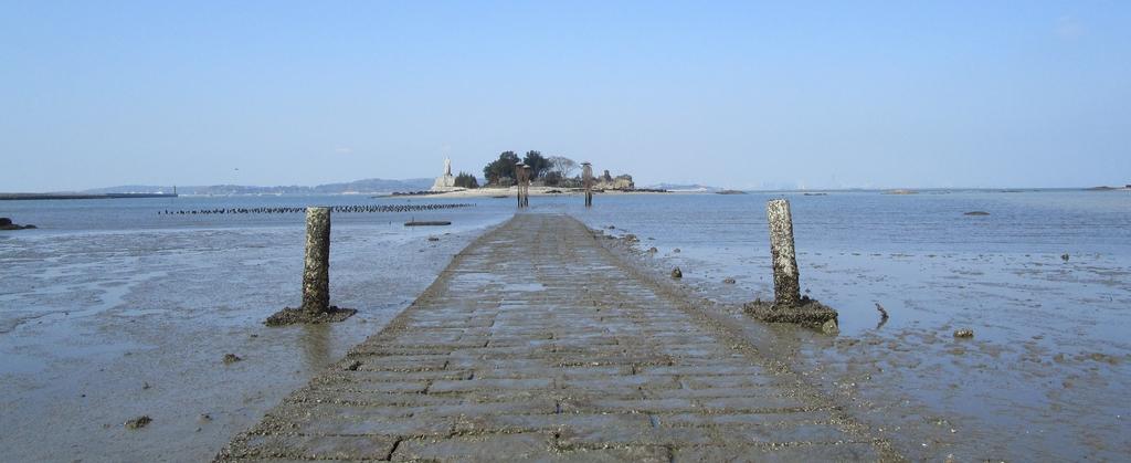 Sur l'îlot taïwanais de Jiangongyu (archipel de Kinmen), accessible à marée basse, la statue de Koxinga fait face à la Chine communiste. (Crédit : Alexandre Gandil, janvier 2015)