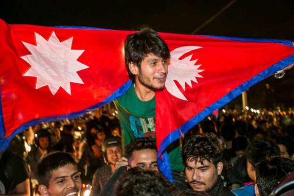 Les Népalais célèbrent l'adoption d'une nouvelle constitution après des années de débats, à Katmandou le 20 septembre 2015. (Crédit : CITIZENSIDE/BIBEK SHRESTHA / citizenside.com / via AFP)