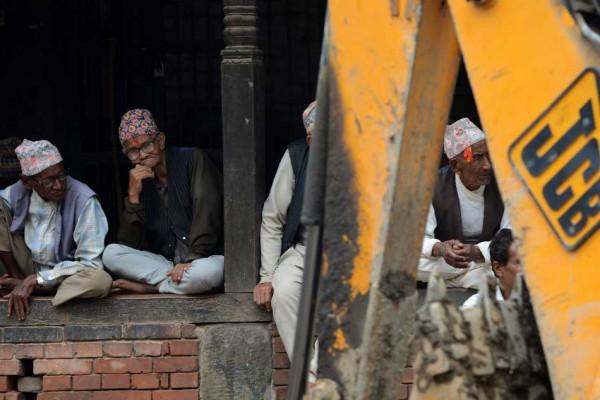 Des Népalais observeent des ouvriers