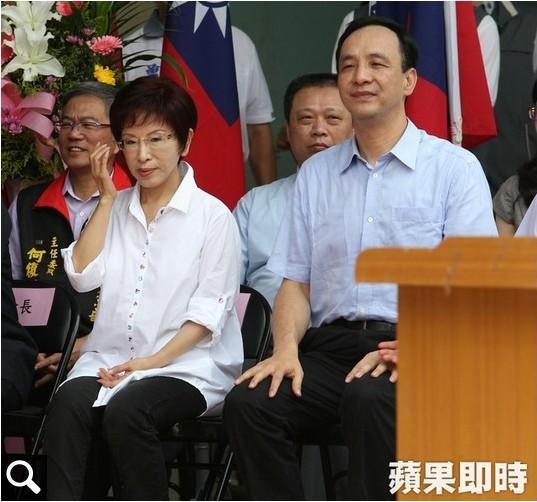La candidate du Kuomintang, Hung Hsiu-chu, priée d'abandonner par Eric Chu (à droite), le président du parti conservateur taïwanais au pouvoir. Copie d'écran du site Apple Daily, le 6 octobre 2015.