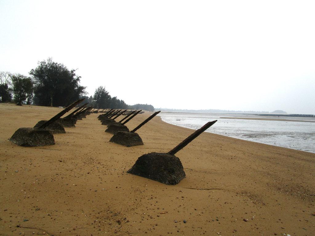 Installations anti-débarquement maritime (guitiaozhai, 軌條砦) sur l'île de Little Kinmen. (Crédit : Alexandre Gandil, janvier 2015)