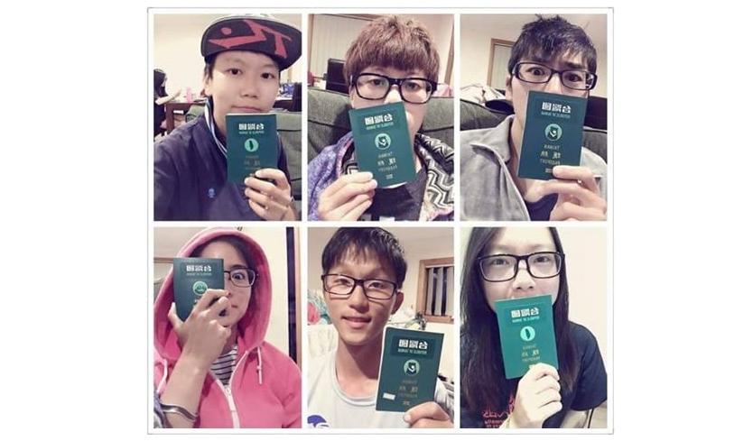 """C'est la nouvelle """"mode"""" sur les réseaux sociaux pour les jeunes Taïwanais : se photographier dans les zones d'embarquement des aéroports internationaux avec leur """"nouveau"""" passeport. (Crédit : D.R.)"""
