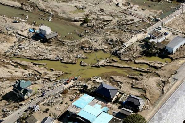 Les dégâts des inondations restent visibles un mois après dans la préfecture d'Ibaraki au Japon. Copie d'écran du Asahi Shimbun, le 9 octobre 2015.