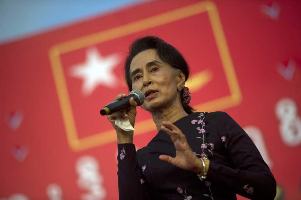 La chef de l'opposition birmane Aung San Suu Kyi sur scène lors d'un des derniers meetings de campagne de la LND à Rangoun le 1er novembre 2015. avant les législatives du 8 novembre. (Crédit : Ye Aung Thu / AFP)