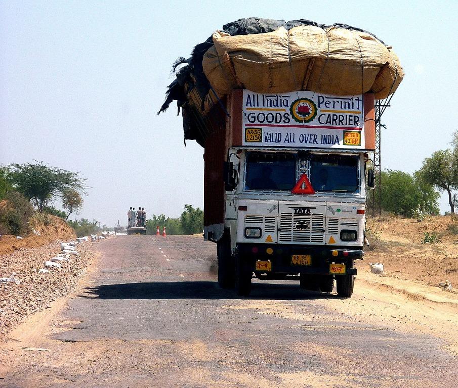 Image d'un camion surchargé sur une route en Inde