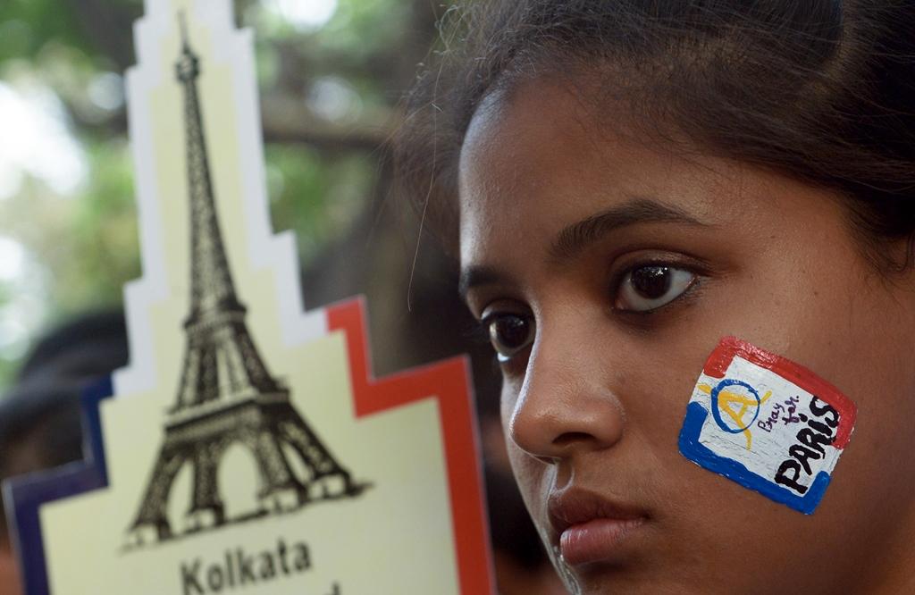 Une étudiante indienne participe à une marche silencieuse pour condamner les attentats de Paris, à Calcutta le 18 novembre 2015. (Crédit : AFP PHOTO/ Dibyangshu SARKAR)