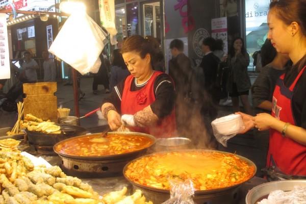 Marchande de tteokbokki, gâteau de riz piquants et très populaire en Corée.