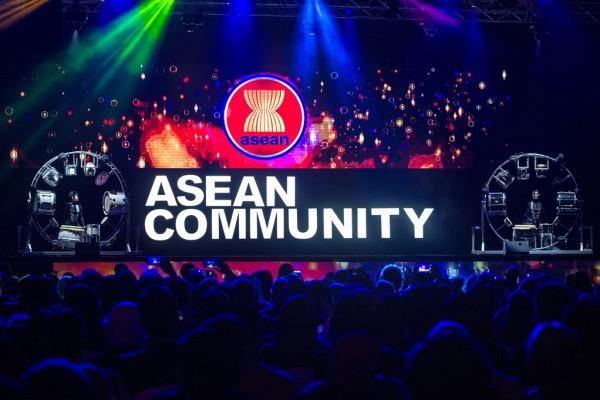 Spectacle après la cérémonie de signature pour le lancement de la Communuaté de l'ASEAN, le 22 décembre à Kuala Lumpur.